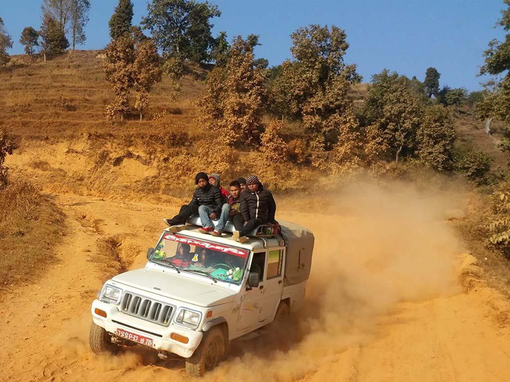 Abenteuerliche Fahrt auf einer Piste in Nepal